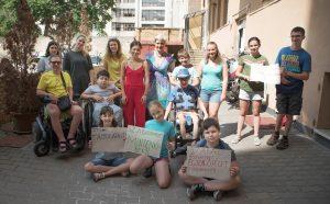 Szabadnapot minden családnak - a Holnap Iskolája inkluzív nyári táborának résztvevői saját készítésű tábláikkal